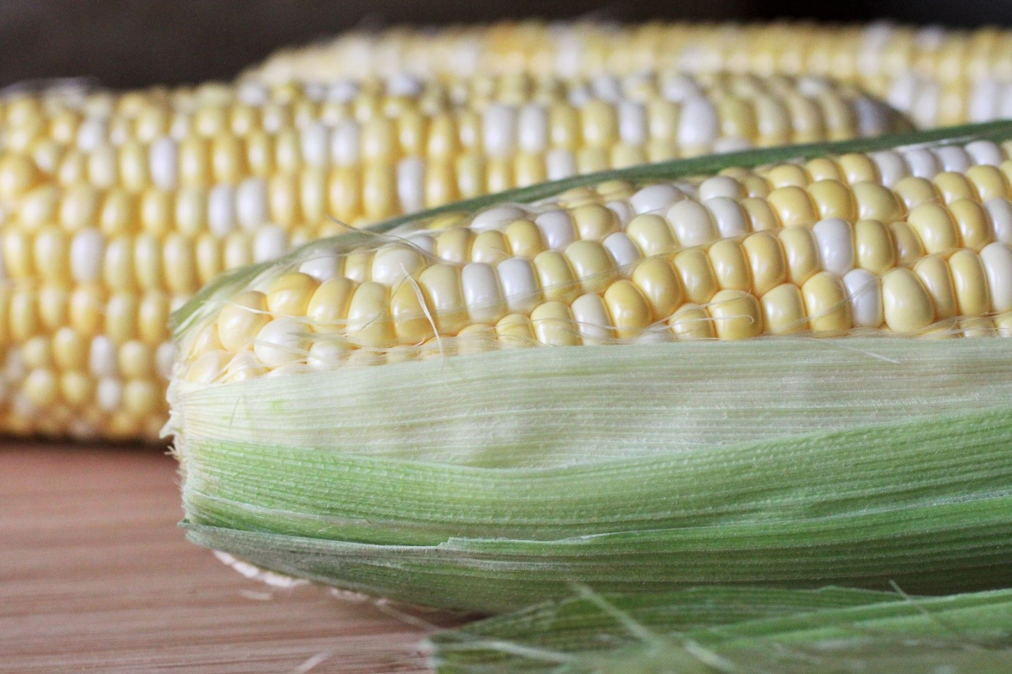 When buying Go for cobs with fresh looking green husks and moist stems. Kernels should be juicy when pierced. How to store Wrap unhusked ears with damp paper towel. Place in a plastic bag and refrigerate for two to three days. How to prepare Remove husks and silk. Rinse under water. To remove kernels, slice lengthwise along the cob. Nutrition Corn is a good source of folate. It also contains fibre, vitamin C and B vitamins (niacin and thiamine).
