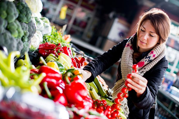 woman-shopping-for-produce