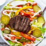 Salade de galette de bœuf simple et saine avec vinaigrette à la sriracha