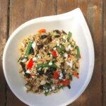 Salade méditerranéenne d'orzo et de légumes